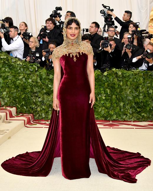 3f096aa15bad (Jednoduché rudé šaty můžete ozvláštnit zajímavým šperkem